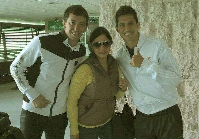 Marchesín y Molina, con una fanática del Santos Laguna. Foto: Cortesía Santos Laguna