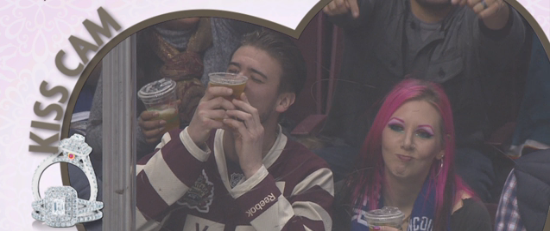 Kiss Cam: hombre prefiere besar su cerveza que a su novia. Foto: NHL
