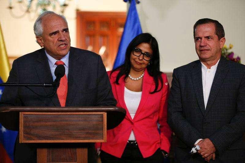 Secretário-geral da Unasul Ernesto Samper (E) concede entrevista em Caracas. 06/03/2015. Foto: Carlos Garcia Rawlins/Reuters