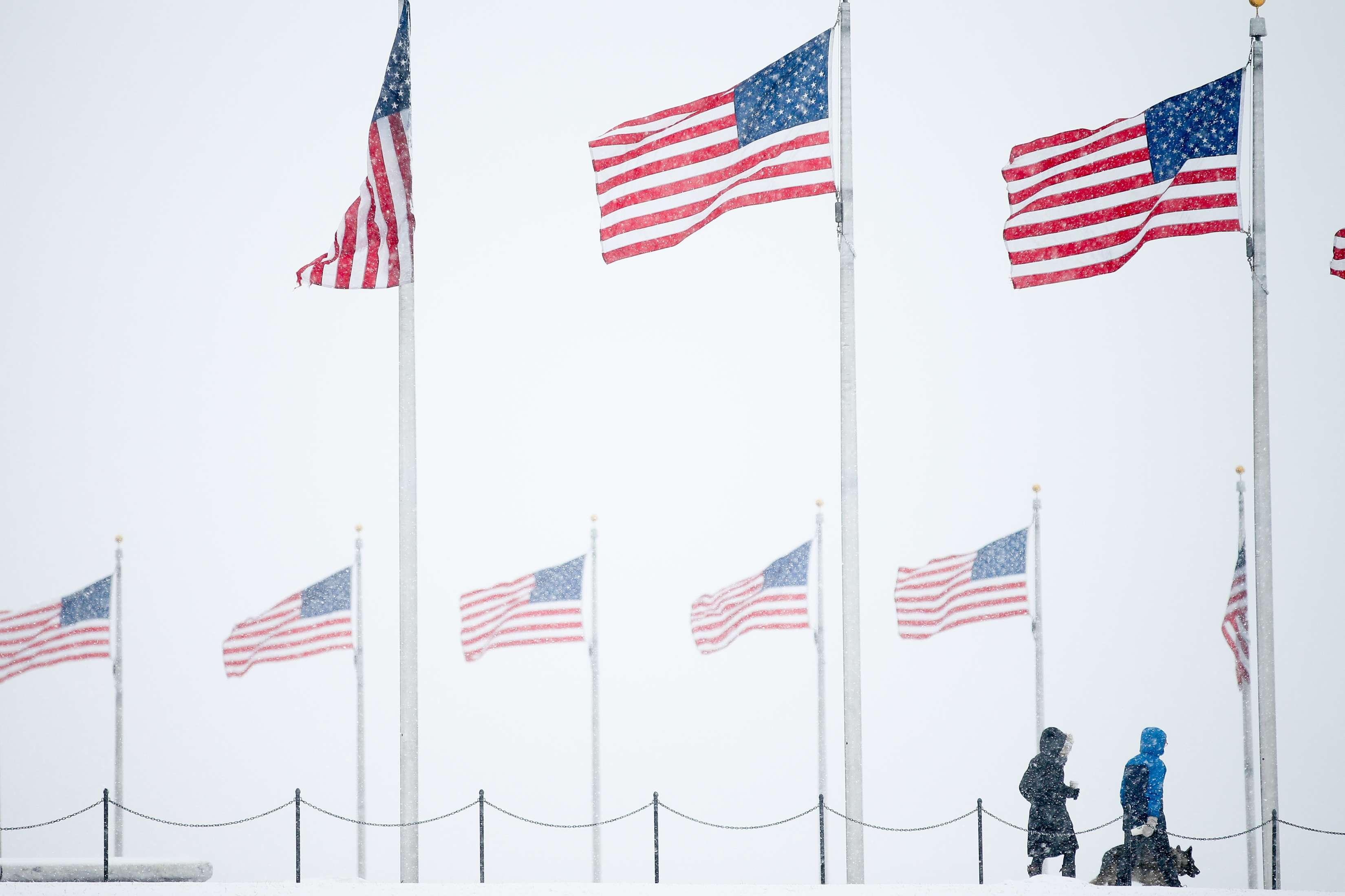 La caída de la nieve se aprecia en el monumento a Washington en el National Mall, este 5 de marzo del 2015. Foto: AP en español