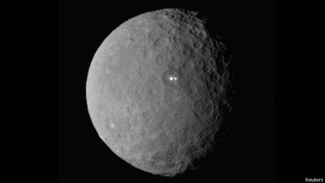 Dos manchas brillantes sobre la superficie de Ceres ya han llamado la atención de los científicos Foto: Reuters en español