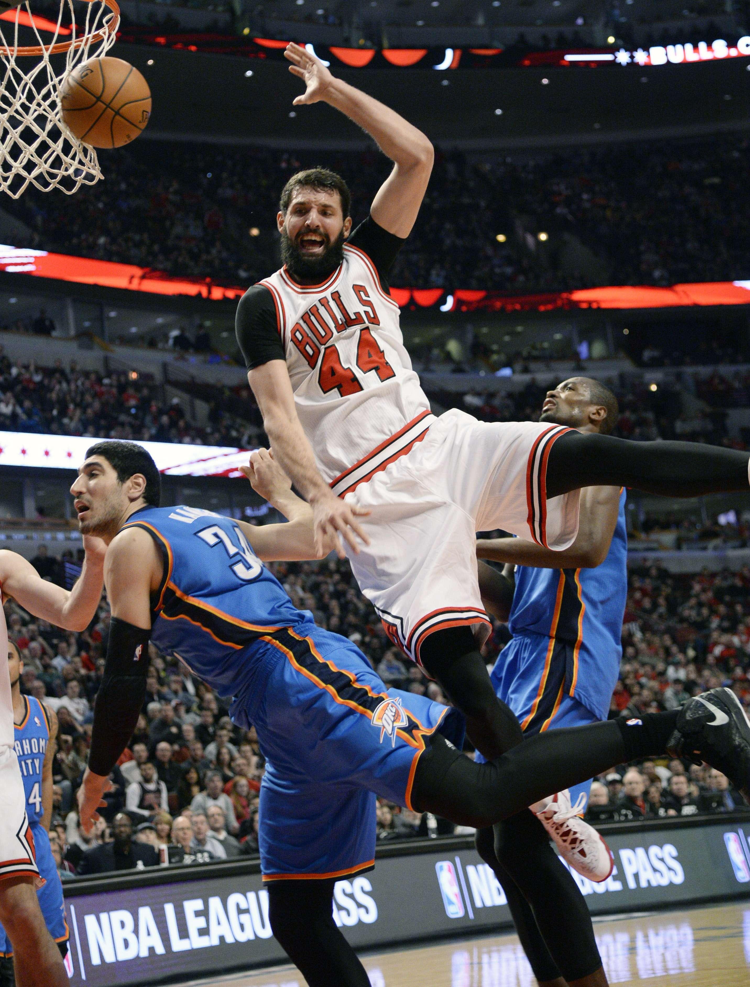Nikola Mirotic (44) de los Bulls, es fauleado por Enes Kanter Foto: AP