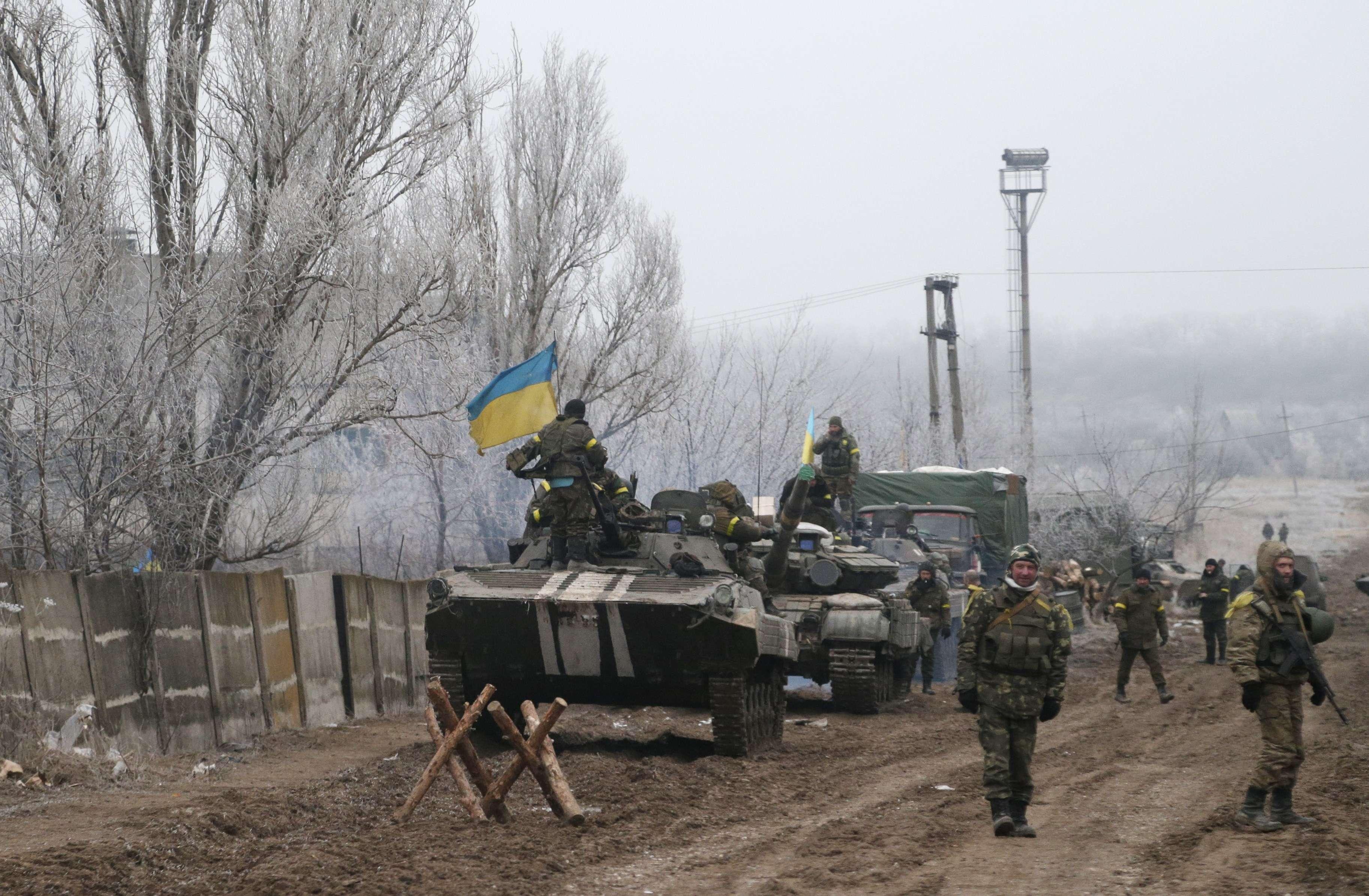 Soldados del gobierno de Ucrania aparcan sus vehículos cerca de la carretera que une las localidades de Dabeltáseve y Artemivsk, en el este del país. Foto: AP en español