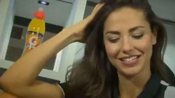 Nova repórter da Juventus exibe beleza com uniforme do time