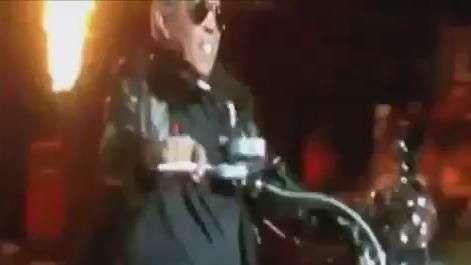 """Que tombo! Em """"entrada triunfal"""", treinador cai feio de moto"""