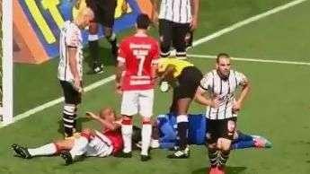 Cássio assusta ao levar forte joelhada de lateral do Inter