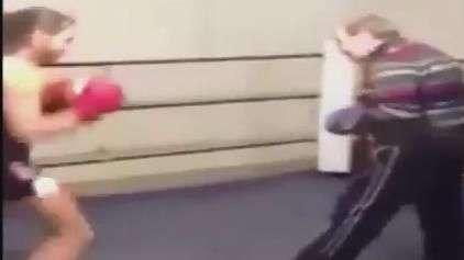 "Boxeador idoso ""estraçalha"" jovem rival e vira hit na web"