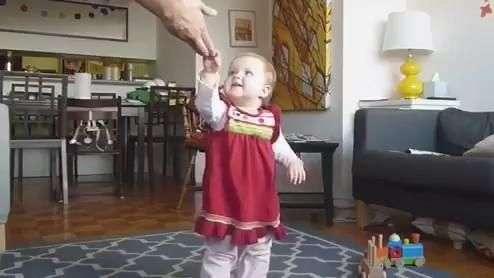 Pai registra primeiros passos da filha de forma diferente