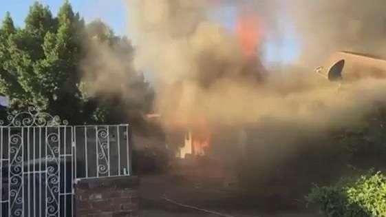 Homem resgata morador preso em casa durante incêndio nos EUA
