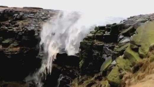 """Incrível! Vento faz cachoeira """"cair para cima"""""""