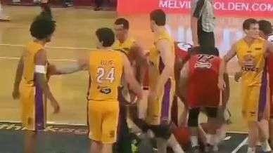 "Ex-jogador da NBA acerta cotovelada ""criminosa"" na Austrália"