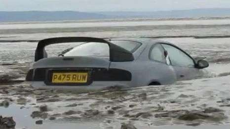 Carro é engolido por lama e fica preso na praia