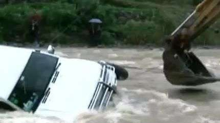 Homem escapa por um triz de ser levado por enchente