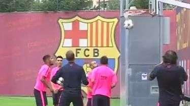 Messi, Neymar e Mascherano dão show em basquete improvisado