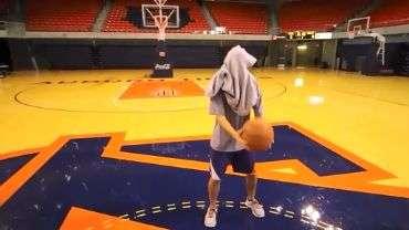 Do meio da quadra e olhos vendados: veja jogadas de basquete
