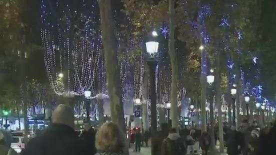 Paris fica ainda mais iluminada com decoração de Natal