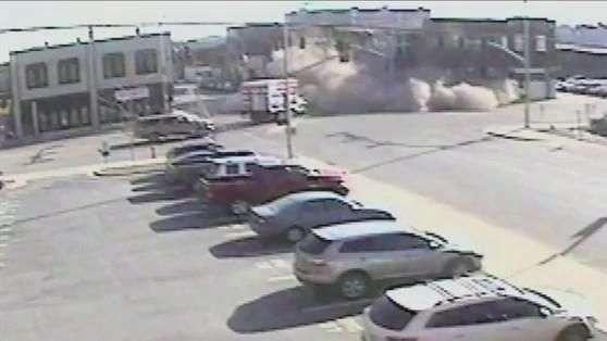 Carro em fuga bate em prédio que desaba; veja o flagrante