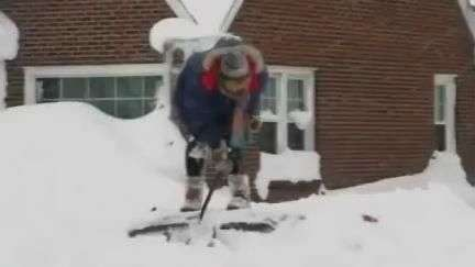 Mulher escava neve para encontrar carro soterrado nos EUA