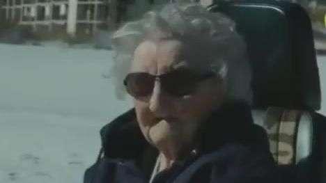 Mulher de 101 anos vê mar pela primeira vez