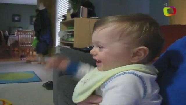 Que fofo! Bebê tenta cantar música em inglês