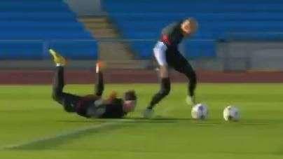 Schweinsteiger vai para o gol e sofre com estrelas do Bayern
