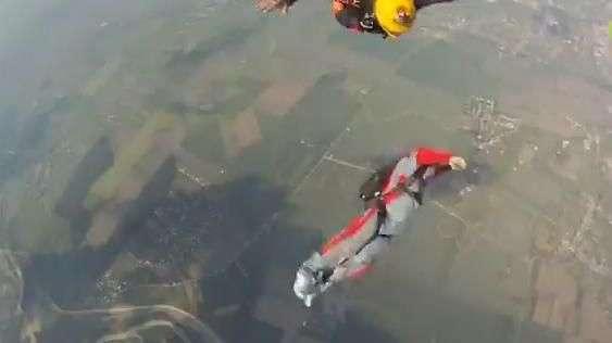 Estudante de paraquedismo perde controle durante queda