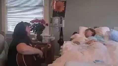 Mãe canta para filha de 18 anos morrer em paz