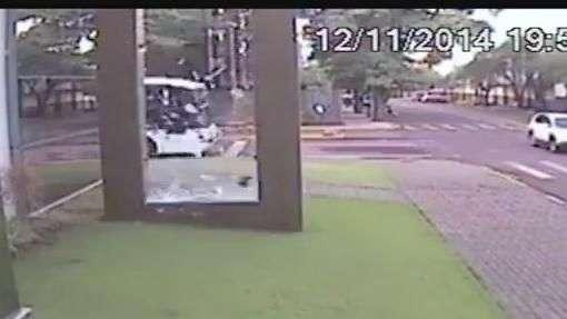 Homem dá de cara em vidro ao andar pela rua