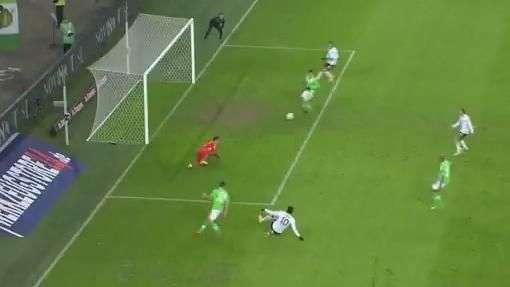 Amigo do Deivid! Atacante perde gol incrível na Liga Europa