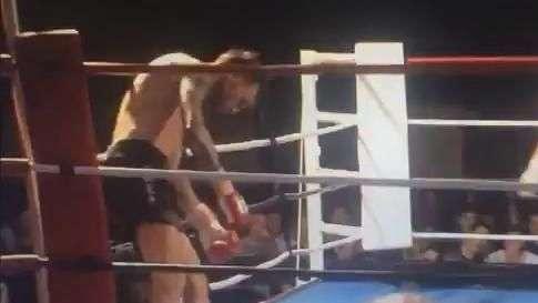 Brutal! Lutador dá chute giratório e rival desmaia no ringue