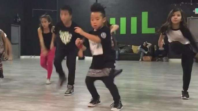 Cheio de suingue, garoto de 8 anos dá show de funk