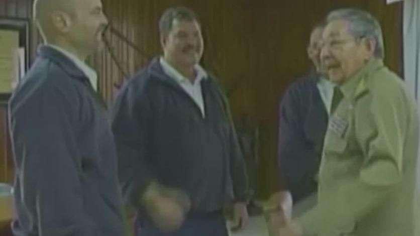 Raúl Castro recebe cubanos que passaram anos presos nos EUA