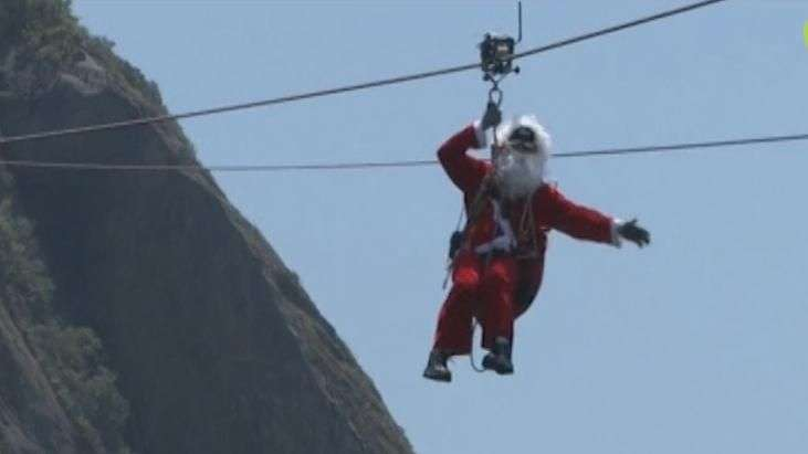 Papai Noel corajoso chega ao Rio de Janeiro em tirolesa