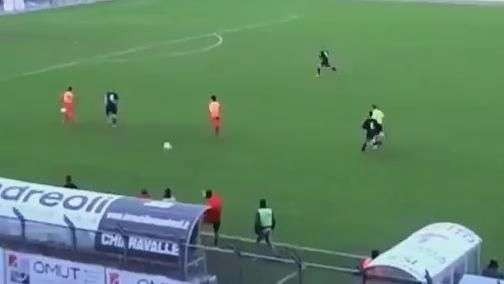 """Técnico """"fanfarrão"""" chuta bola para impedir gol em seu time"""