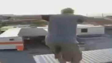 Ixi, doeu! Homem cai de cara em container