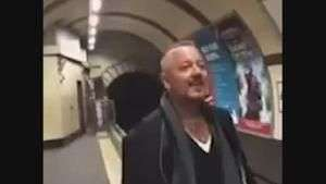 Homem arrasa cantando 'A Little Respect' no metrô de Londres