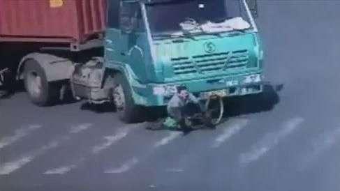 Ciclista sobrevive a atropelamento por carreta na China