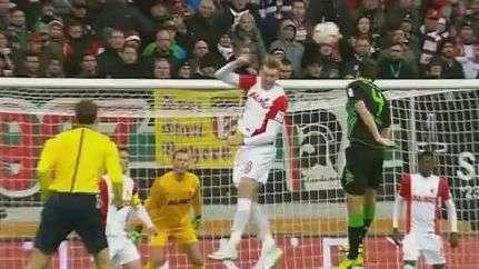 """Achou que era vôlei! Jogador dá """"cortada"""" na bola no Alemão"""