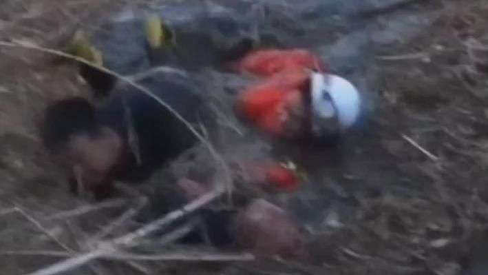 Vídeo mostra resgate dramático de idoso em pântano na China