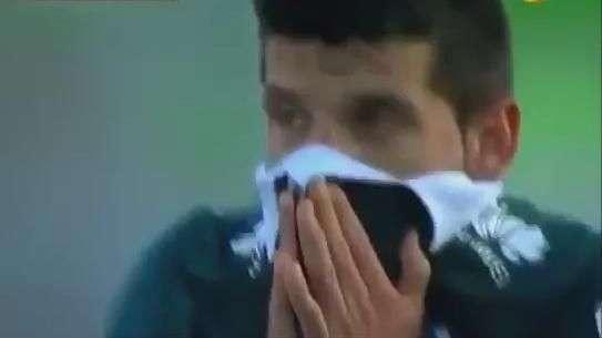 Que mancada! Chileno marca o gol contra mais bonito do ano