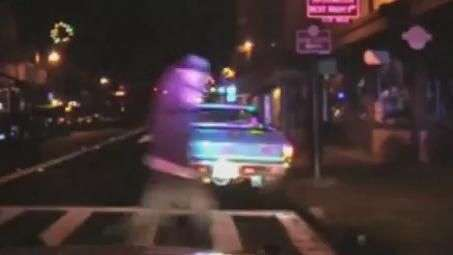 Câmera flagra tiroteio entre homem armado e policiais ...