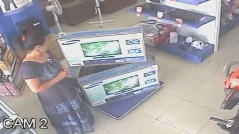 Mulher furta televisor escondendo-o embaixo do vestido; veja