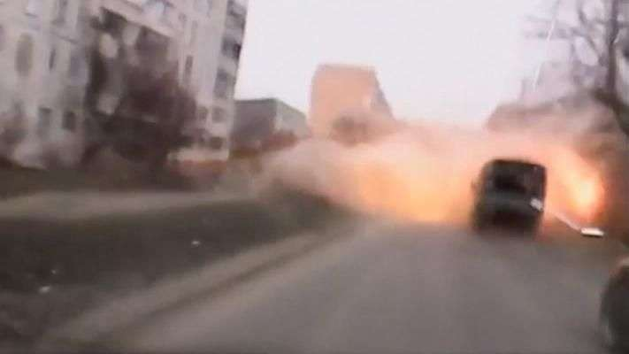 Ucrânia: do carro, homem filma bombardeio e consegue fugir