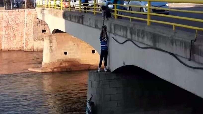 Homem se arrisca em ponte para salvar cão perdido e com frio