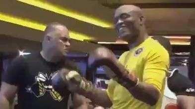 UFC 183: treino de Anderson Silva tem bom humor e dancinhas