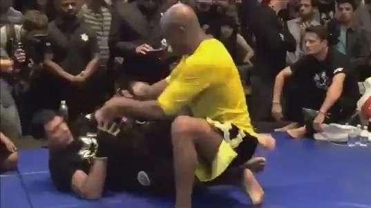 Anderson Silva treina chão, velocidade e boxe para UFC 183