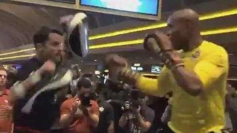 Chutes, socos e joelhadas! Anderson Silva volta no UFC 183