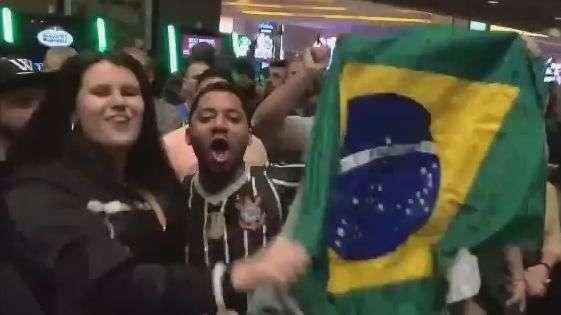 UFC: Anderson Silva abraça criança e recebe apoio da torcida
