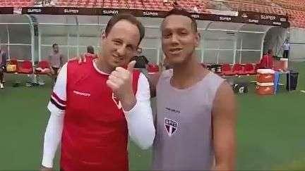 Souza brinca com pau de selfie em treino do São Paulo