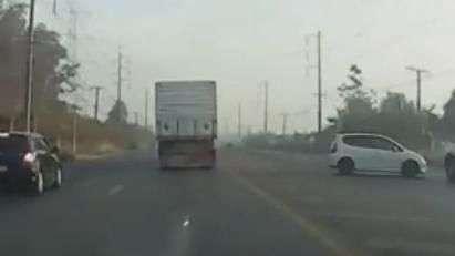 Motorista faz ultrapassagem perigosa e roda na pista